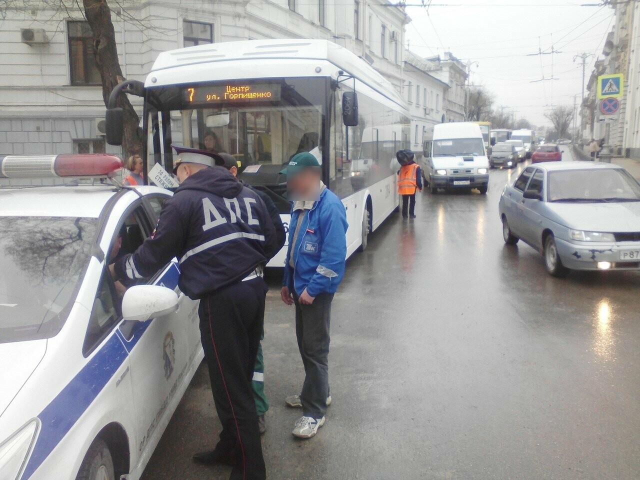 В Севастополе пьяный водитель врезался в троллейбус и пытался скрыться с места преступления