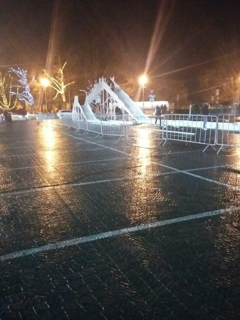 В центре Севастополя начали устанавливать ледяную горку