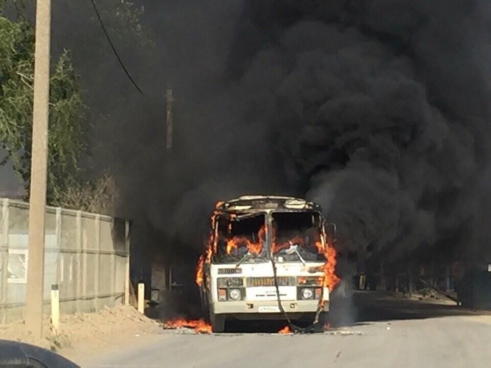 В районе Крымского моста загорелся автобус, перевозивший строителей (ФОТО), фото-1
