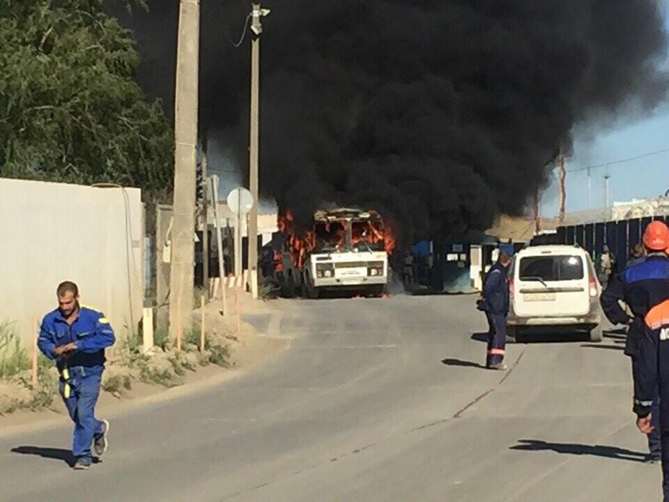 В районе Крымского моста загорелся автобус, перевозивший строителей (ФОТО), фото-2