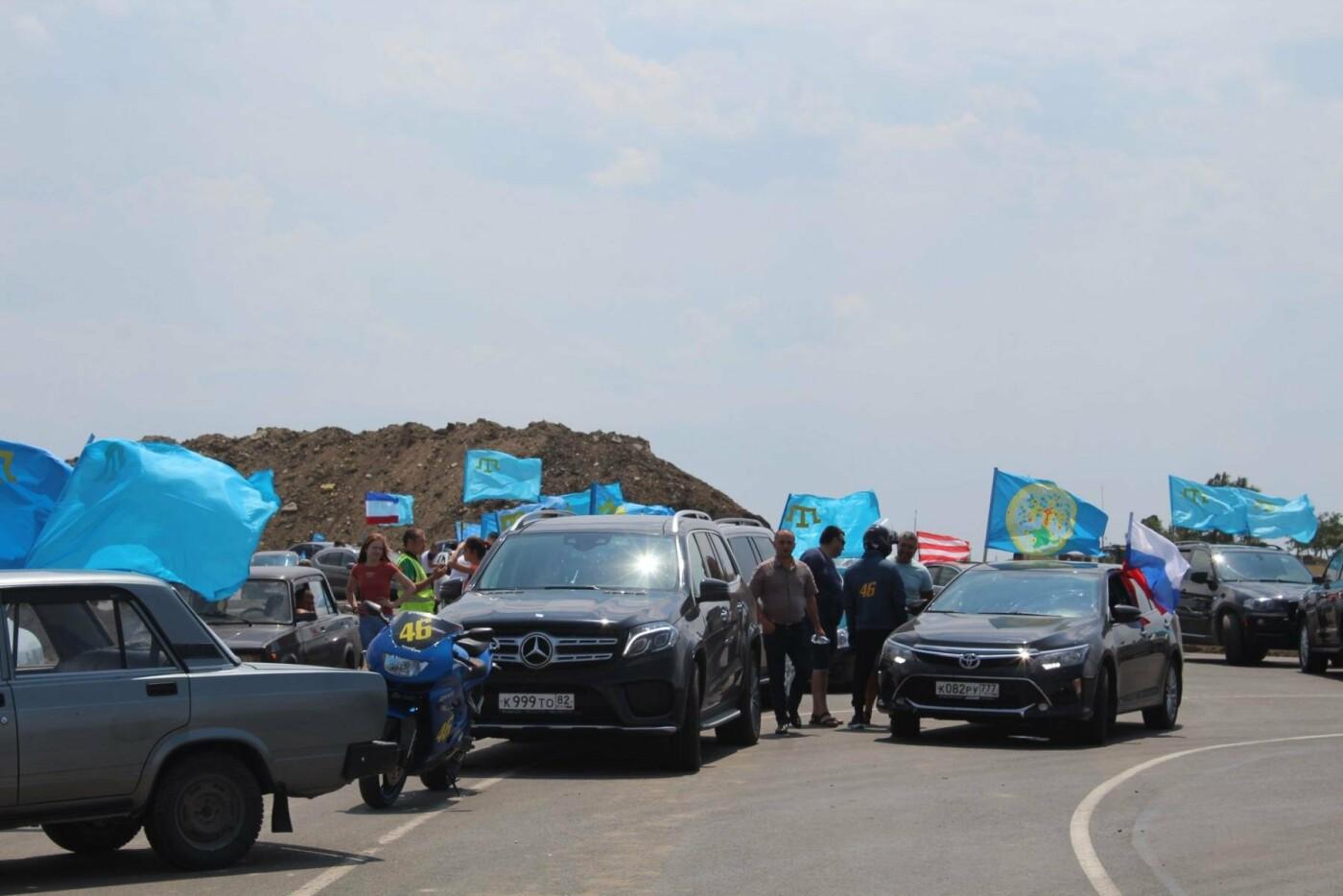 На Крымском мосту состоялся автопробег под крымско-татарским флагом (ФОТО), фото-1