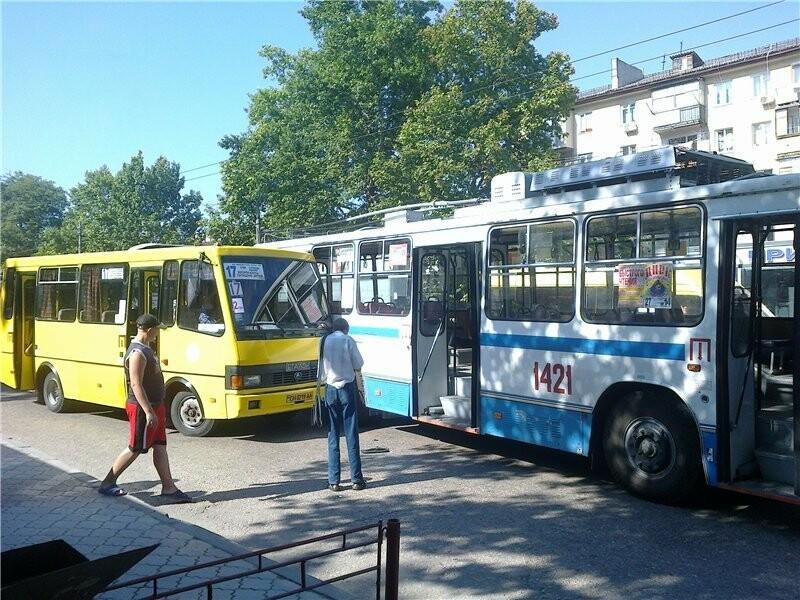 троллейбус с пассажирами фото