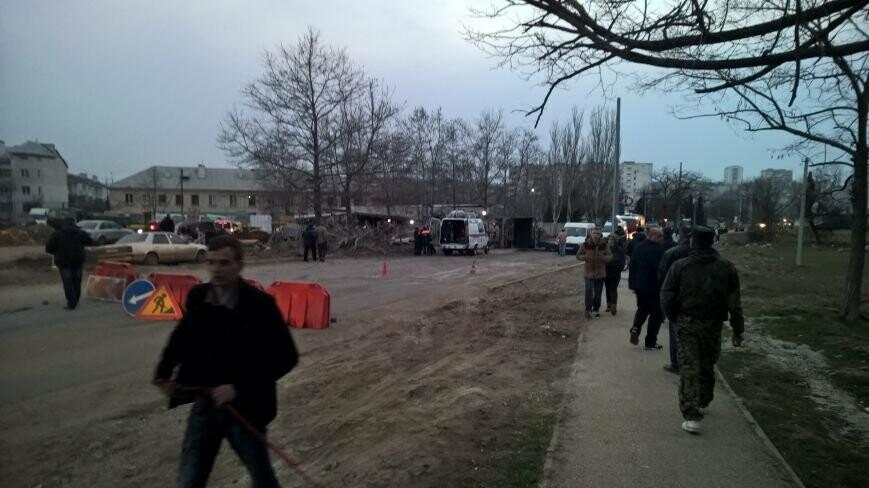 В Севастополе грузовик с асфальтом врезался в дерево и перевернулся: водитель погиб