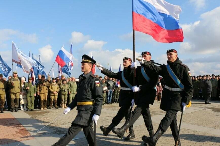Три тысячи севастопольцев собрались на праздничный митинг у Памятника Солдату и Матросу