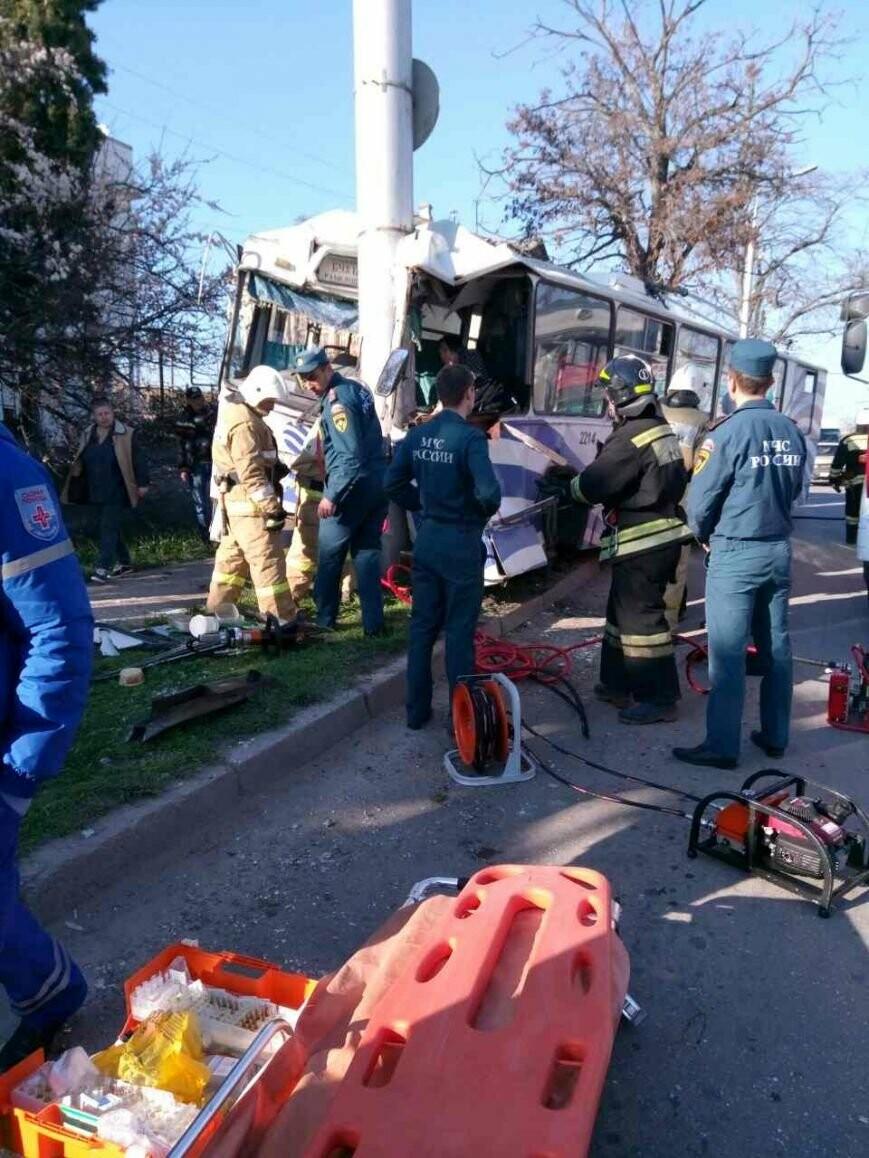 В Севастополе троллейбус на полном ходу врезался в столб: 6 человек в больнице