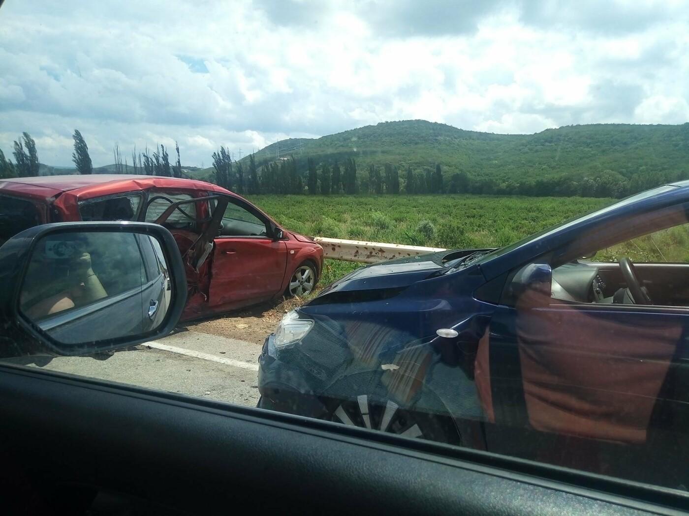 На трассе Симферополь-Севастополь столкнулись три легковушки: один из водителей в реанимации (ФОТО, изменено), фото-2