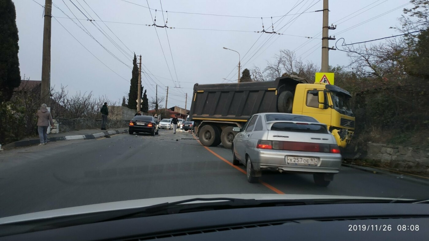 Пострадал мужчина: подробности ДТП с грузовиком на трассе Симферополь-Ялта, фото-1