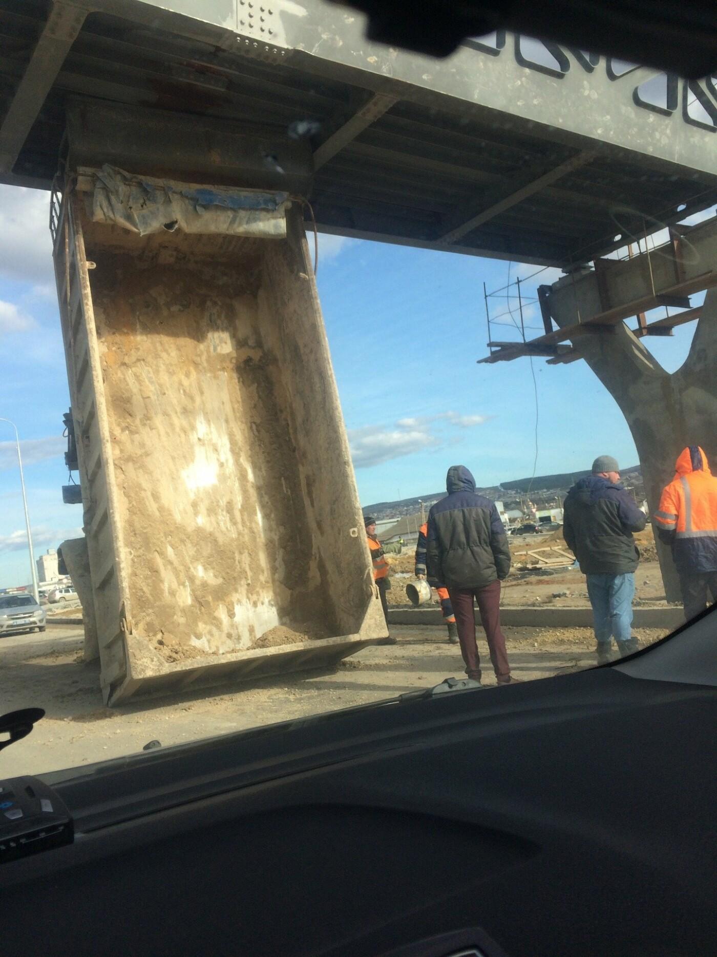 На трассе Симферополь-Севастополь грузовик проезжал под мостом и остался без кузова, - ФОТО, фото-2