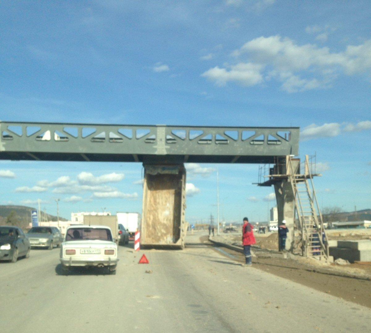На трассе Симферополь-Севастополь грузовик проезжал под мостом и остался без кузова, - ФОТО, фото-1